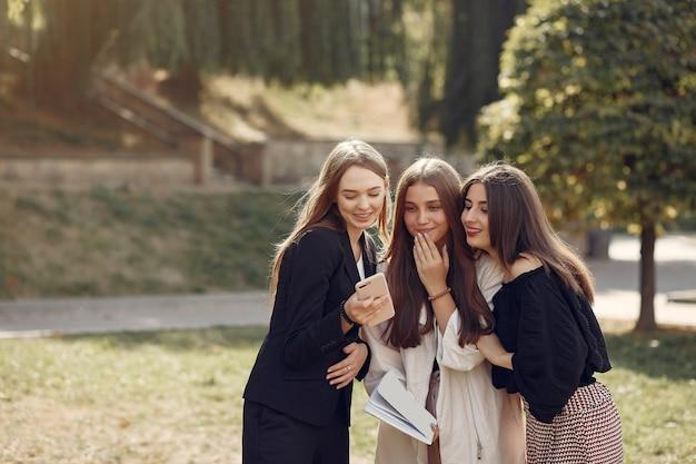 Trois étudiants debout dans un campus universitaire