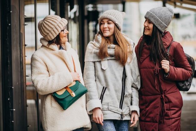 Trois étudiants en tenue d'hiver dans la rue
