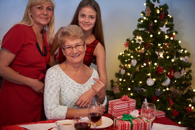 Trois femmes à côté de l'arbre de noël