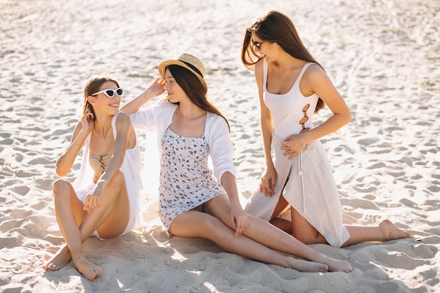Trois femmes heureuses à la plage