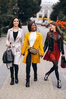 Trois femmes multiculturelles après le shopping