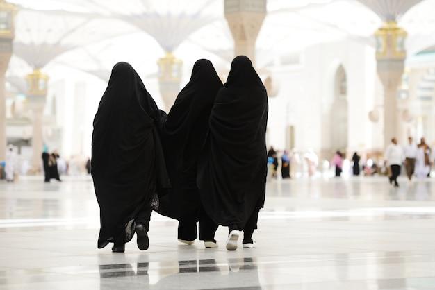 Trois femmes musulmanes marchant à l'extérieur