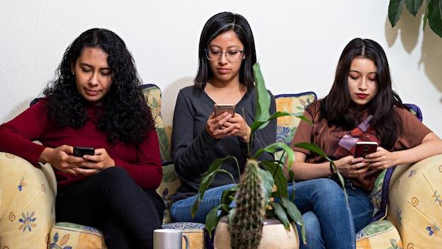 Trois femmes utilisant leurs téléphones intelligents