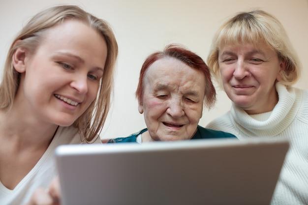 Trois femmes utilisant une tablette intelligente