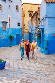 Trois filles dans la célèbre ville bleue.