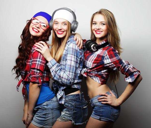 Trois filles élégantes hipster sexy meilleures amies.