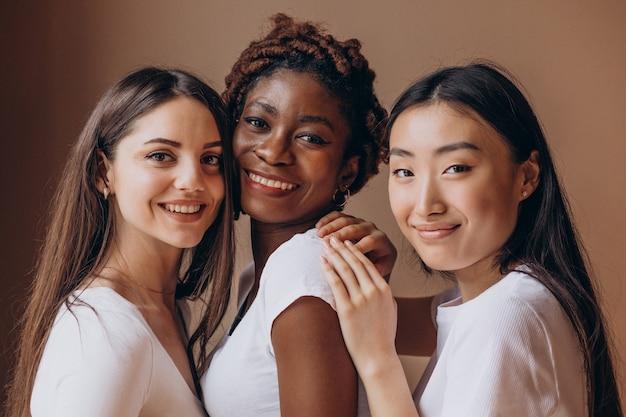 Trois filles multiculturelles ensemble