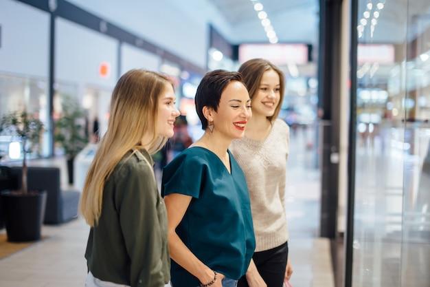 Trois, filles, regarder, vitrine, achats, centre commercial