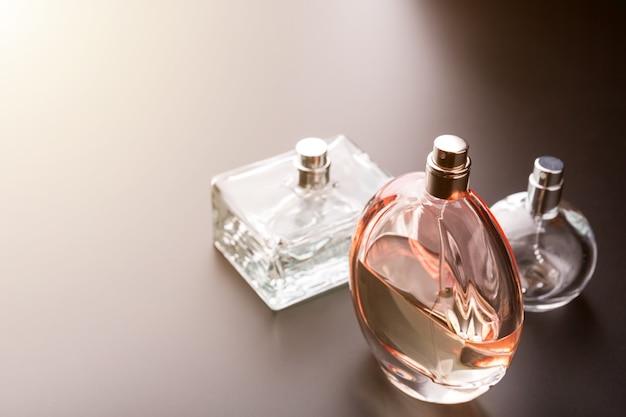 Trois flacons de parfums