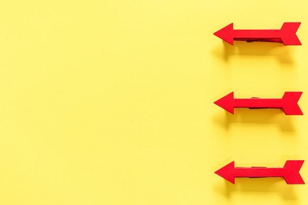 Trois flèche rouge sur la surface jaune vif, vue de dessus