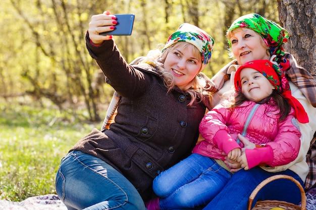 Trois générations de femmes. belle mamie
