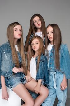Trois, heureux, filles, s'asseoir ensemble, et, regarder