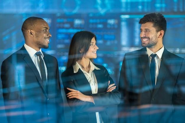 Les trois hommes d'affaires se tiennent au-dessus du verre virtuel