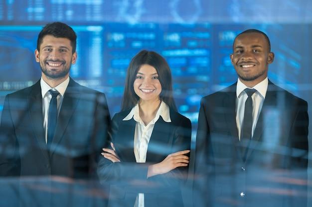 Les trois hommes d'affaires se tiennent au-dessus de l'écran virtuel