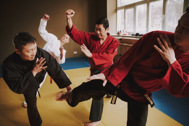 Trois hommes attaquent ensemble le maître et il défend
