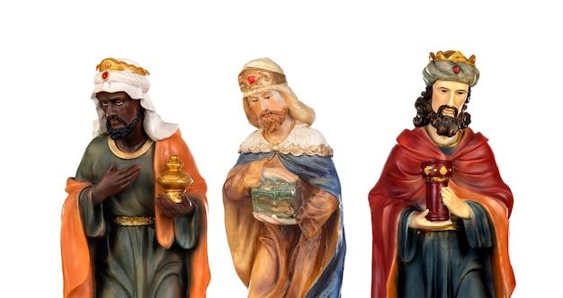 Les trois hommes sages. figures en céramique isolés sur fond blanc
