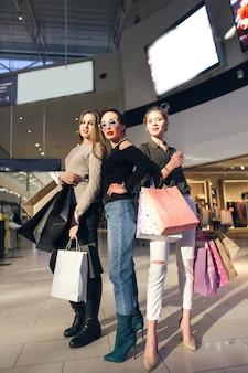 Trois, jeune, femme, achats, centre commercial, papperbags