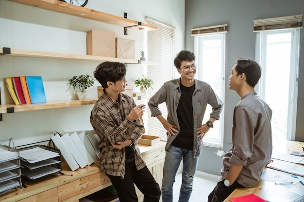 Trois jeune homme d'affaires asiatique discutant de leur produit