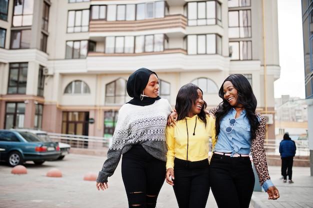 Trois jeunes amies afro-américaines d'université passent du temps ensemble.
