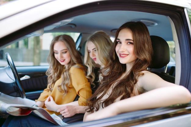 Trois jeunes copines voyageant dans une voiture