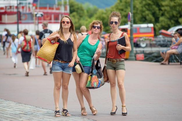 Trois jeunes femmes font du tourisme