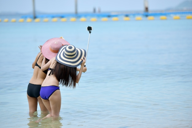 Trois jeunes filles ami selfie sur la plage