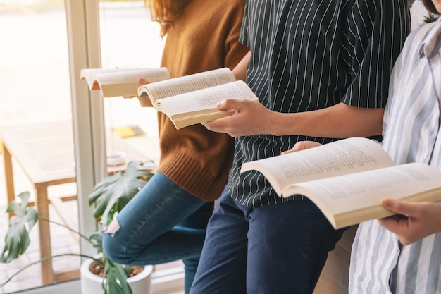 Trois jeunes ont aimé lire des livres ensemble