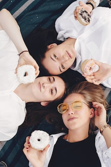 Trois jolies filles dans un parc d'été