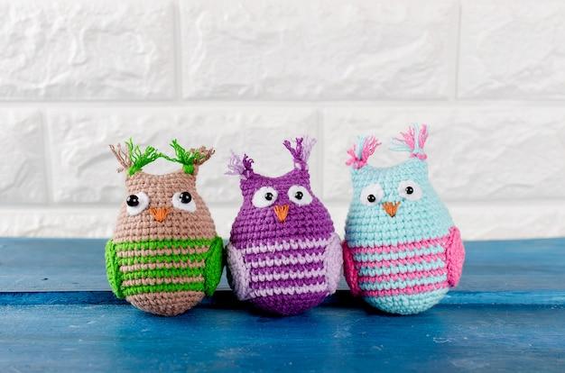 Trois jolis jouets pour hiboux tricotés à la main