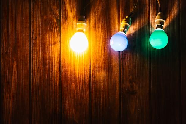 Trois lumières colorées sur fond en bois