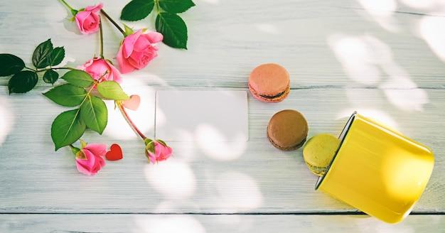 Trois macarons et une tasse jaune