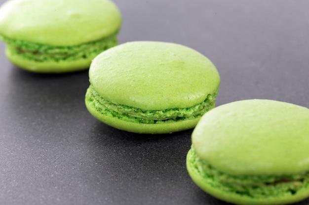Trois macarons verts dans la cuisine