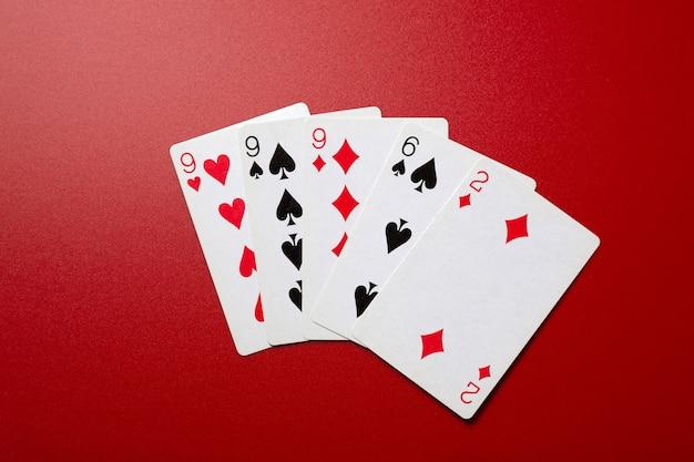 Trois d'une main de poker aimable