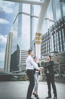 Trois mains ensemble en réunion d'affaires pour le concept d'équipe