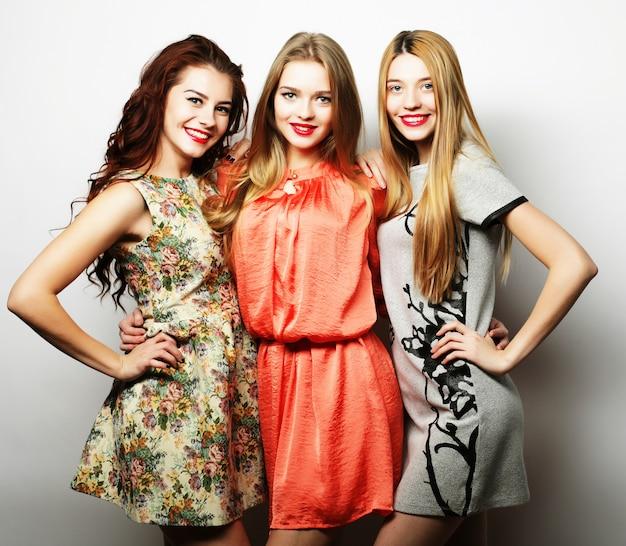 Trois meilleures amies élégantes de filles sexy hipster.