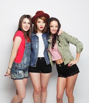 Trois meilleures amies élégantes et sexy de filles hipster