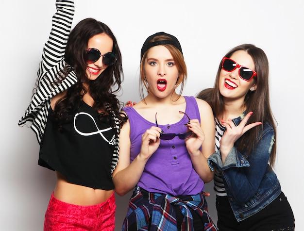 Trois meilleures amies des filles élégantes sexy hipster.
