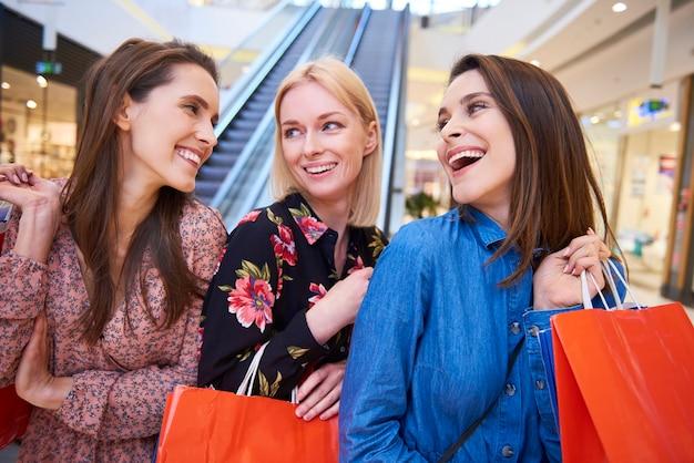 Trois meilleurs amis pendant le shopping