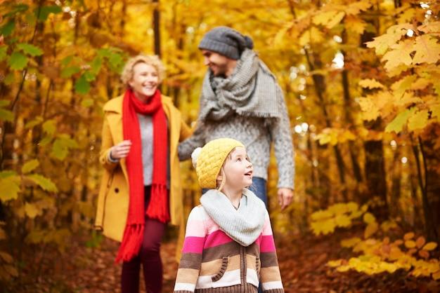 Trois membres de la famille dans les bois