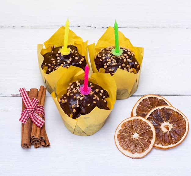 Trois muffins à la banane avec des bougies de fête