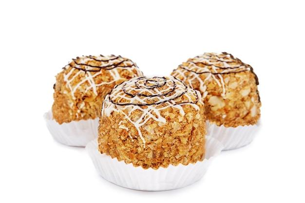Trois muffins isolés sur fond blanc