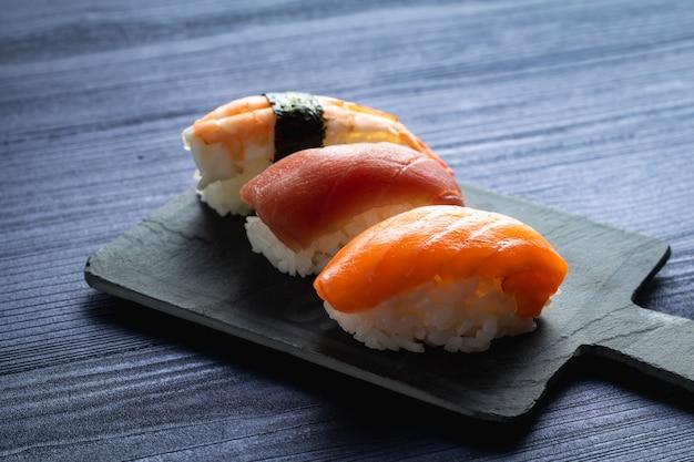 Trois nigiris différents. saumon, thon et crevettes