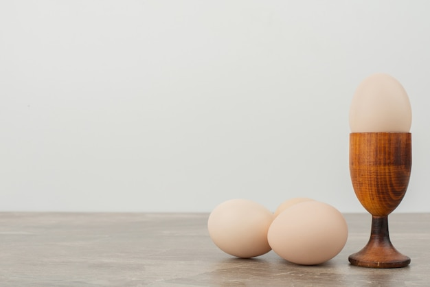 Trois œufs sur une surface blanche