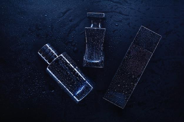 Trois parfums différents sur fond sombre