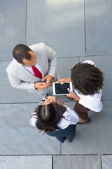 Trois personnes se réunissent près du bureau