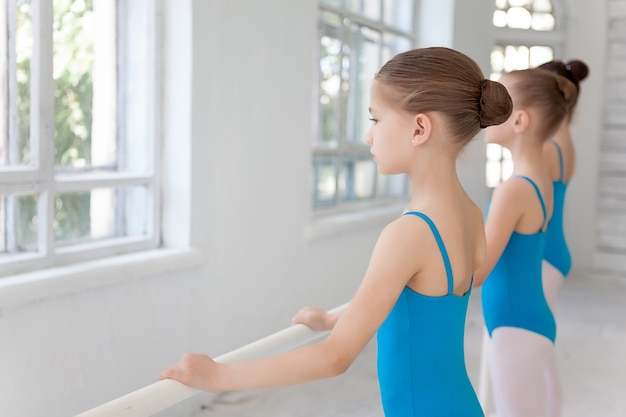 Trois petites filles de ballet posant ensemble