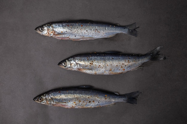 Trois petits poissons sur un tableau noir.
