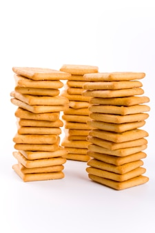 Trois piles de biscuits isolés sur fond blanc
