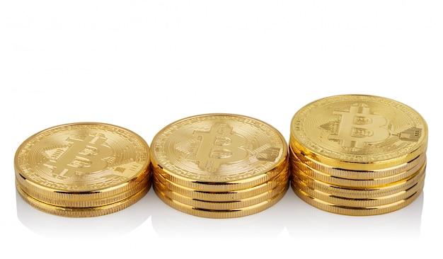 Trois piles croissantes de bitcoins virtuels