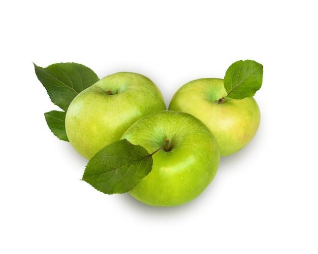 Trois pommes avec feuilles sur la table blanche